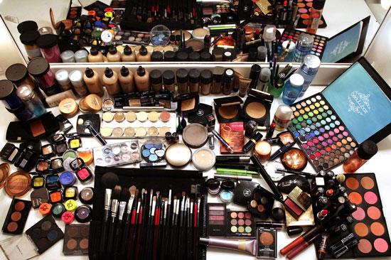 mesa-com-maquiagens